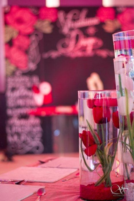 Centros de mesa flotantes en color rojo   ¡Mira toda la boda completa aquí!  Bodas.com.mx  Foto: Diego Romero//  #wedding #bodas #bodamexicana  #centerpiece