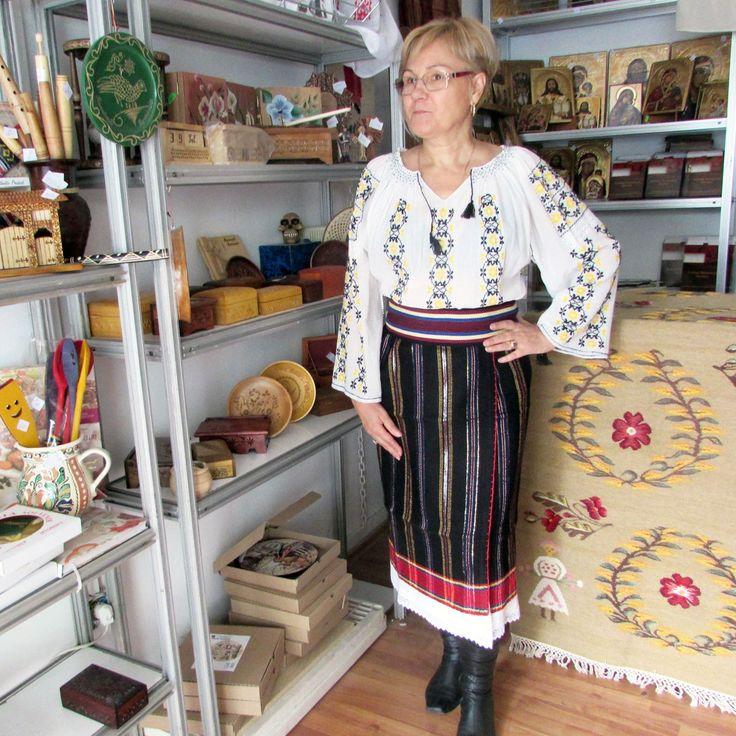 Costum popular romanesc compus din ie lucrata manual din panza topita si catrinta de Moldova