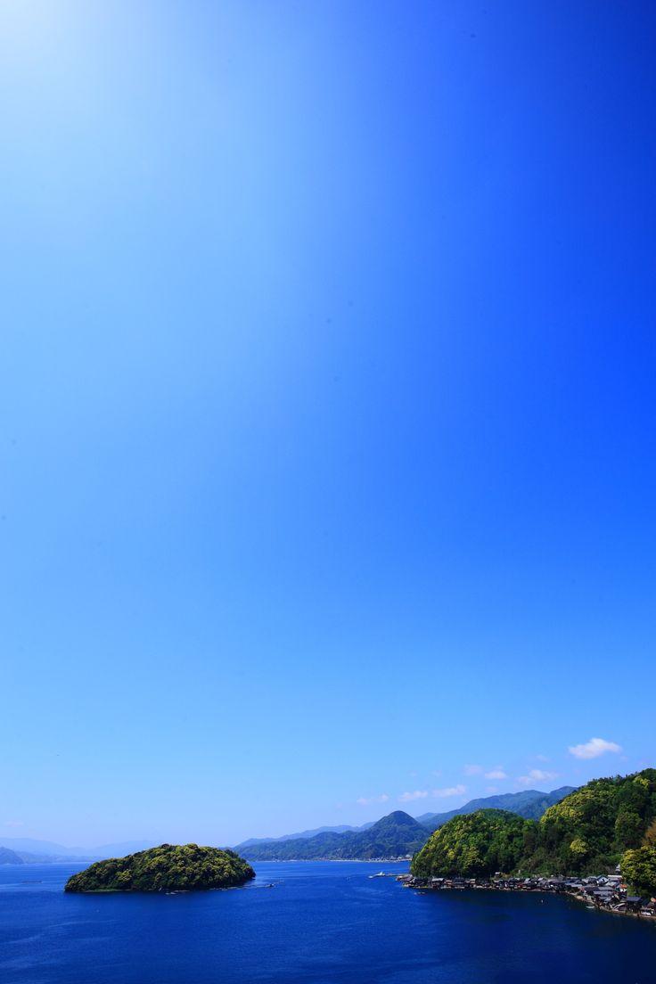 京都の伊根の舟屋の美しい海と青空