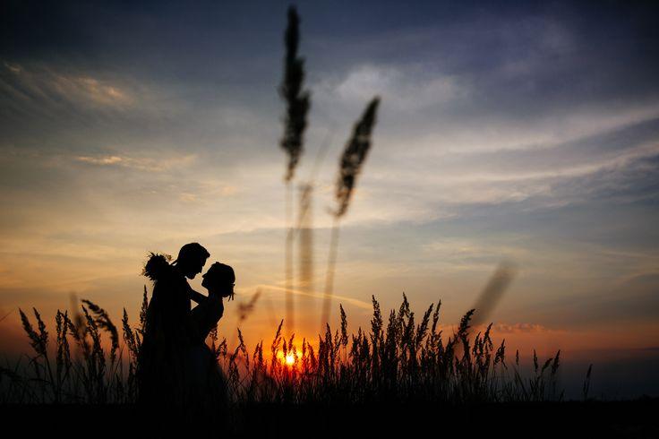 I just love to shoot sunset bridal sessions!  Sesja ślubna o zachodzie słońca. Fotografia ślubna Kraków www.annarenarda.com