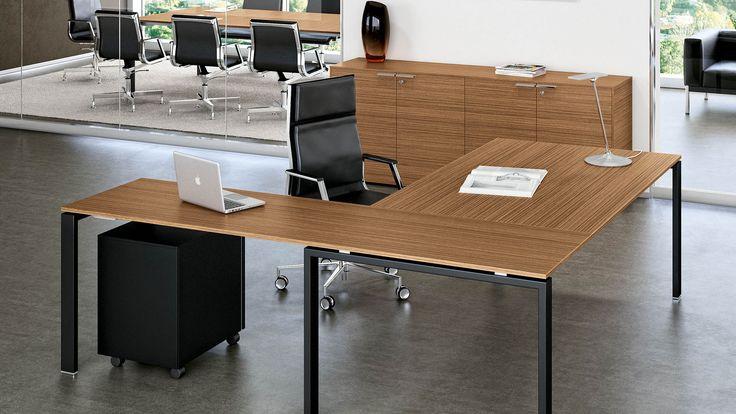 Chefschreibtisch Winkelkombination Chefbuero mit Schreibtisch 200x100 cm Schreibtischplatte Nussbaum Dekor mit Streifenoptik Sideboard Beistellschrank Breite 200 cm mit 2 Ordnerhöhen und 4 türen mit Schloß und Metallgriffen