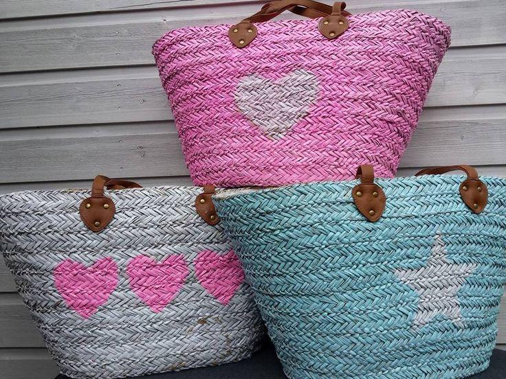 Extra grote strandtassen, in de kleuren roze met wit hart, wit met roze harten en blauw met witte ster.  Deze shop je bij www.athomedeco.nl