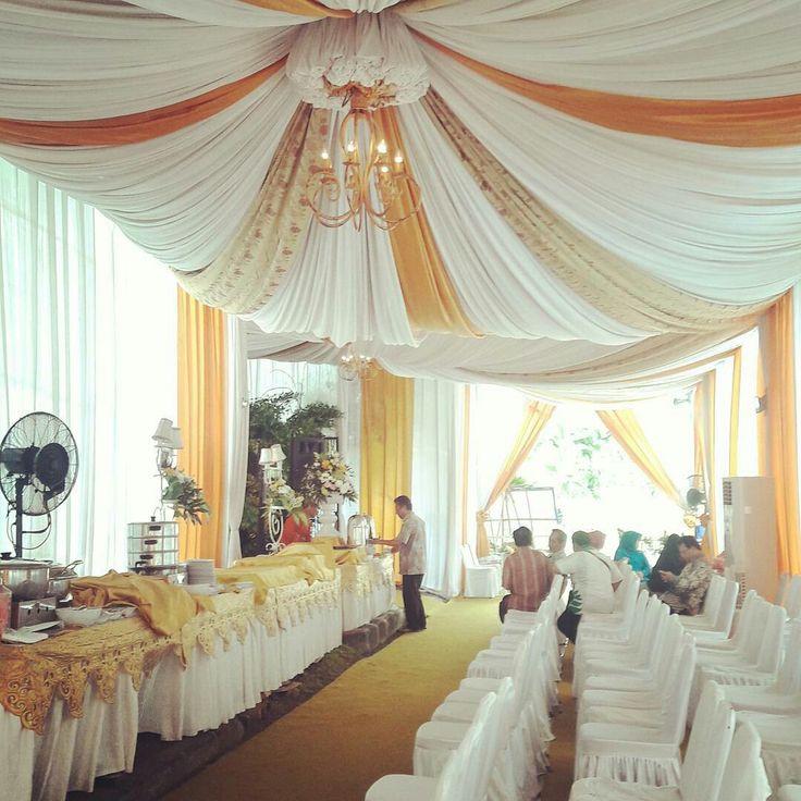 Dekorasi pernikahan putih emas