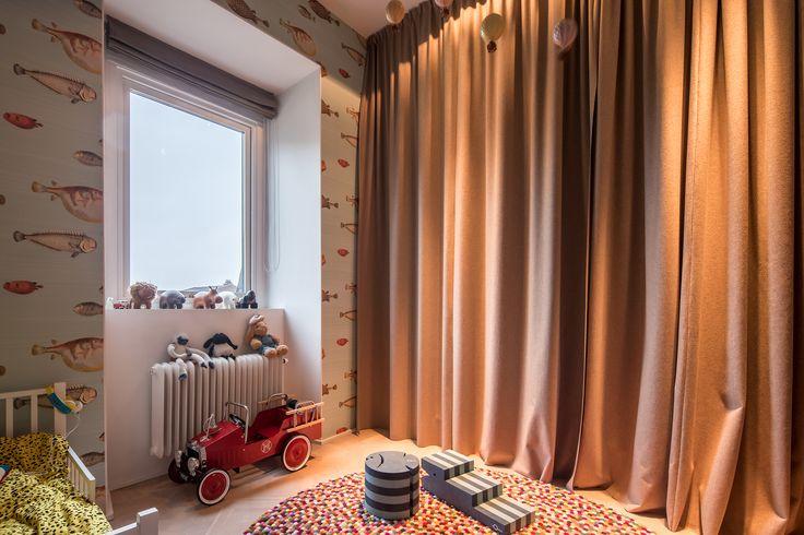 Högst upp i det magnifika Bondeska huset vid Humlegården ligger denna exklusiva vindsvåning i två plan med en fantastisk parkutsikt mot Humlegården. Våningen är ritad av arkitekt Per Öberg och är byggd i en klassiskt modern stil med synliga takbjälkar och parkett. Stora och öppna sällskapsytor som bland annat består av ett rymligt vardagsrum med eldstad, spröjsade glasdörrar mot elegant matsal. Exklusivt danskt Unoformkök med högkvalitativa köksmaskiner. Dispositionen påminner om en villa…