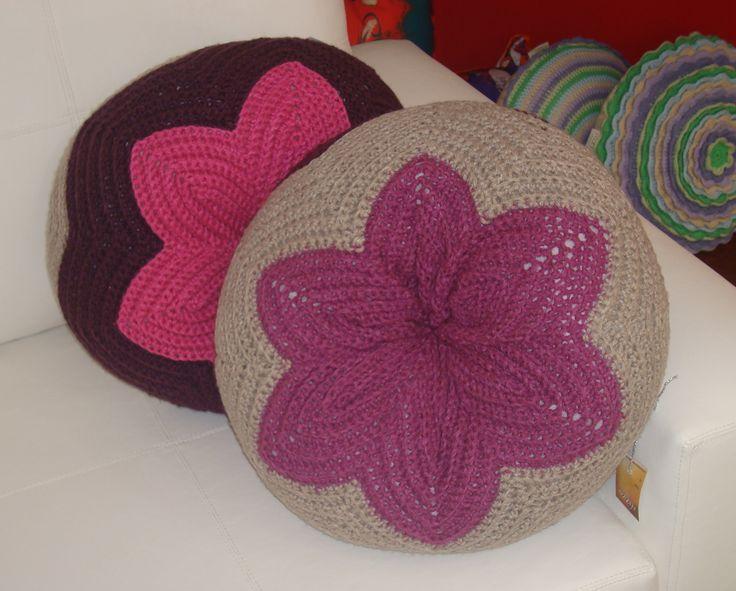Almohadones redondos tejidos en lana con relleno de vellon diametro 50 cm .- los podes encontrar en www.razzadecoraciones.com.ar