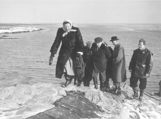 Watersnoodramp hield ook huis op Texel. Koningin Juliana bezoekt de plek van de doorbraak in Texel, 13-2-1953