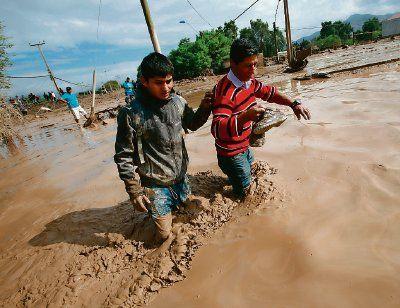 Chile siempre está expuesto a desastres naturales. El 27 de marzo de 2015 ocurrieron lluvias torrenciales en lugares desérticos donde hacía más de 15 años los ríos estaban secos. Aludes invadieron las calles de todos los poblados cercanos a sus orillas