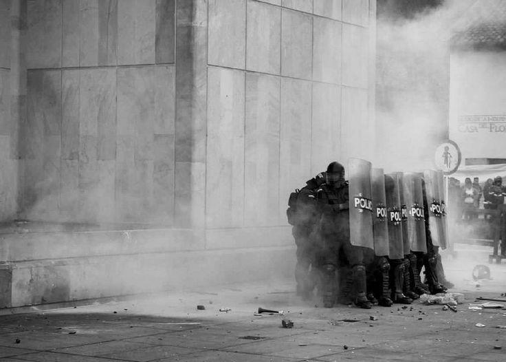 Bogotá, Colombia.  Ph : Santiago Rodriguez @santyrodriguez26 / Tejiendo Memoria  El día que el pueblo Colombiano se entere que tiene el poder, ese día tendrá espacio la verdadera revolución.  #TejiendoMemoria #HistoriasDeMiAldea #Bogotá #streetphotography #Colombia #disturbios #protestas #Paro #ESMAD #capturas #Photojournalist  #noviolencia