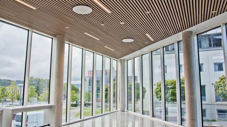 Byggherre:: Statsbygg Arkitekt: Statsbygg Entreprenør: Innomhus AS (Totalentreprise: Hent AS) Woodify har levert Brannpanel INT Spiler av Eik til Elise Ottesen-Jensens hus, det nye Samfunnsvitenskapelig bygget ved Universitetet i Stavanger (UiS). Hent AS har hatt Totalentreprisen for det nye SV-bygget som er på ca. 4 750 kvm over tre etasjer + kjeller. Det består av kontorer til det samfunnsvitenskapelig fakultet og har et av landets største auditorier med plass til 650 studenter, samt…