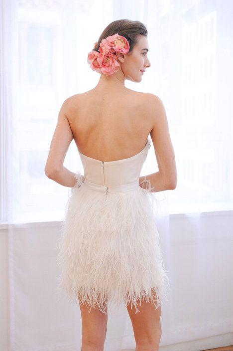 Účes doplňte po vzoru přehlídky David´s Bridal květinami – zvolit můžete i živé květy. A pozor, touto úpravou se můžete inspirovat také v případě, že nemáte vlasy dlouhé až na ramena. Sčesané vzadu je přidrží i vlásenky; Profimedia