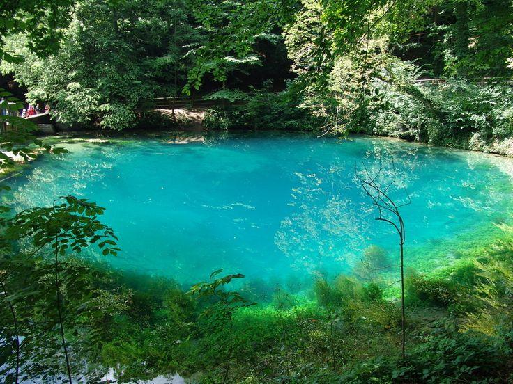 Der Blautopf bei Blaubeuren speist sich aus einem großen Höhlensystem