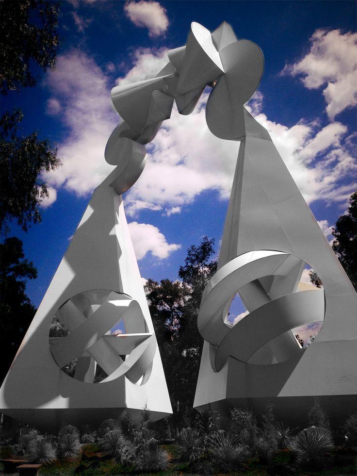 """""""Los Caminos de la Justicia Hacía el Siglo XXII"""" de Sebastian.  Representa una balanza cósmica, que  es el puente que resuelve la unión entre el Cielo (la esfera) y la Tierra (el cuadrado). Cuyos platillos parten de la peculiar simetría del octaedro, geometrismo que se puede dividir tres veces en partes iguales, en consecuencia denota, equidad y justicia. Es """" una especulación espacio-tiempo"""".  Monumento para el Poder Judicial de la Federación."""