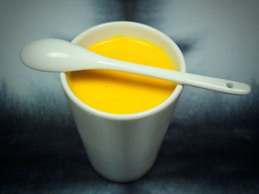 Süßkartoffel Kokossüppchen - Süßkartoffeln halten lange satt und machen die Suppe schön dickflüssig. Die Kokosmilch sorgt für eine wunderbare cremige Note und noch mehr Energie. Passend zur kalten Jahreszeit habe ich wärmende Gewürze wie Kreuzkümmel und frischen Kurkuma verwendet. Davon hat die Suppe auch diese wunderschöne, gelbe Farbe bekommen. Mit der richtigen Zubereitung wirkt Kurkuma außerdem entzündungshemmend, schmerzstillend und vorbeugend gegen Krebs.