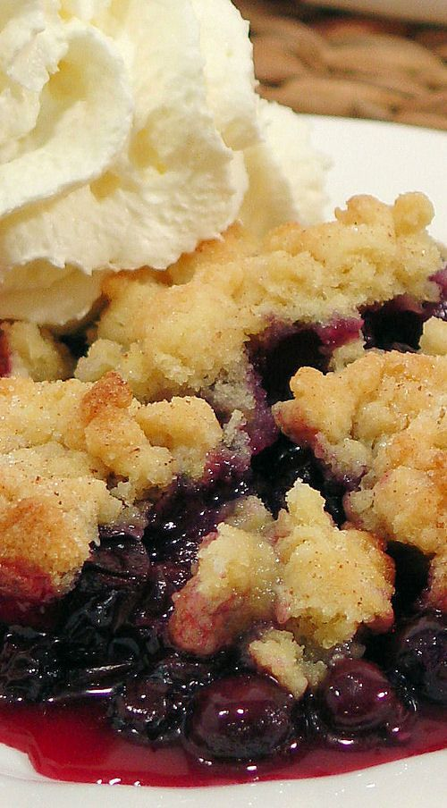 The secret is in the buttery biscuit crumble topping that tastes like a cross between a buttery biscuit, pie pastry and a sugar cookie! | easy summer berry dessert recipe