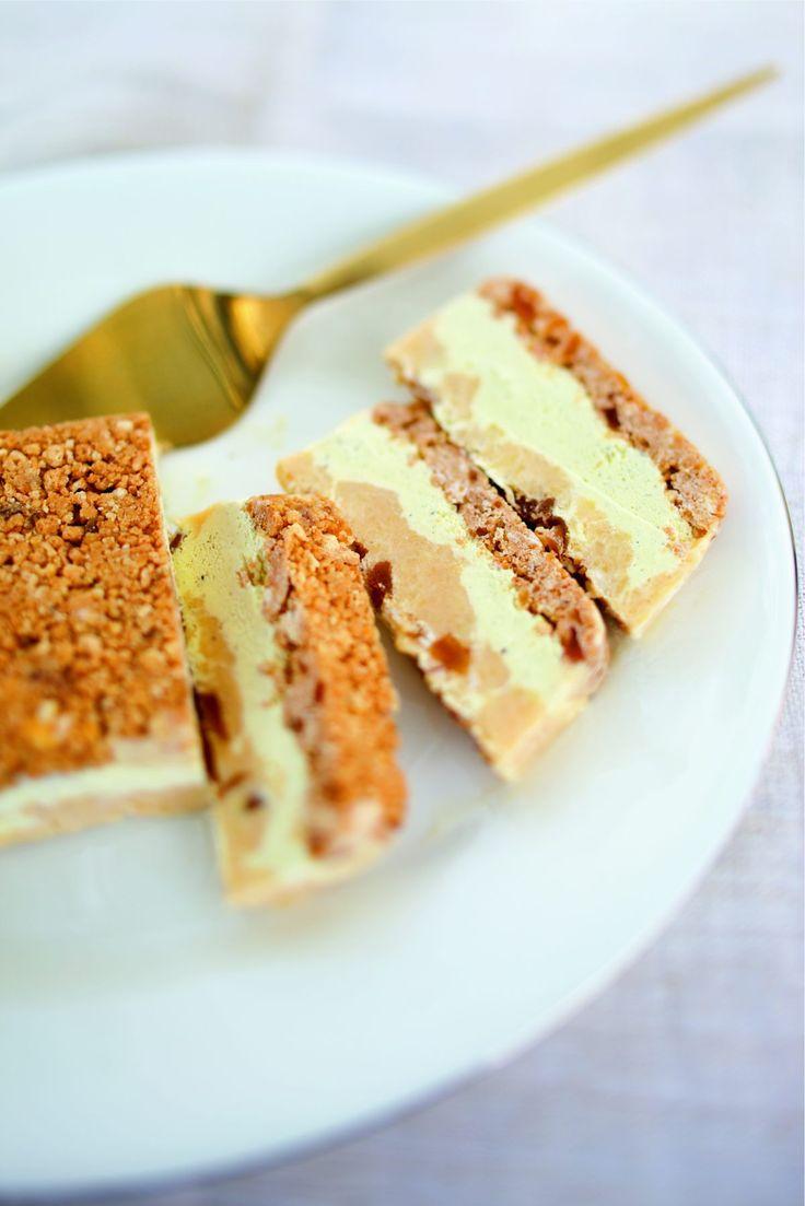 Mettez le beurre mou, les biscuits et 30 g de gingembre confit dans le bol d'un mixeur. Mixez bien le tout, puis versez la…
