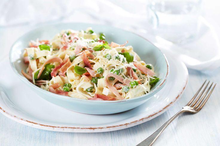 Pasta pronto er som navnet sier en rask rett. Tagliatelle, kokt skinke, erter, parmesan, matyoghurt, hvitløk og urter sikrer den italienske følelsen.