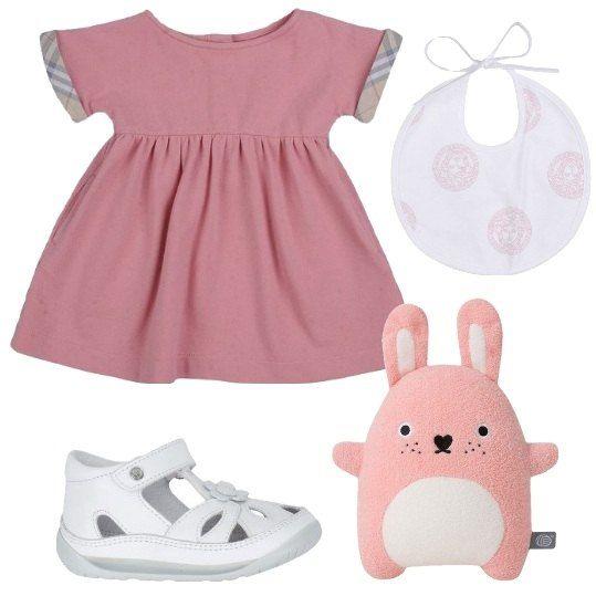 Vestito di colore rosa, in piqué, con maniche corte, Burberry Children, abbinato a sandali primi passi con applicazioni floreali. Aggiungo il bavaglino Versace Young e il peluche rosa. La vostra bimba sarà deliziosa.