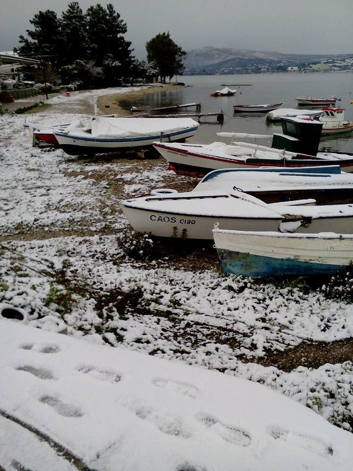 Χιονισμένες βάρκες στη παραλία της Λυγιάς.