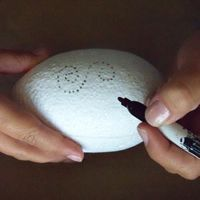 draw patterns designs onto easter egg