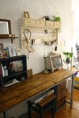 セリアの木箱で作った棚。