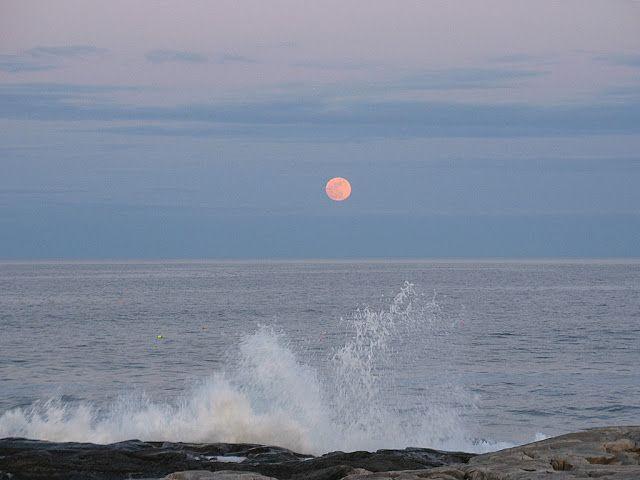 Imagen de la Luna llena saliendo sobre el Océano Atlántico. Liverpool, Nueva Escocia, Canadá. 5 de mayo de 2012 Foto: Alan Conrad