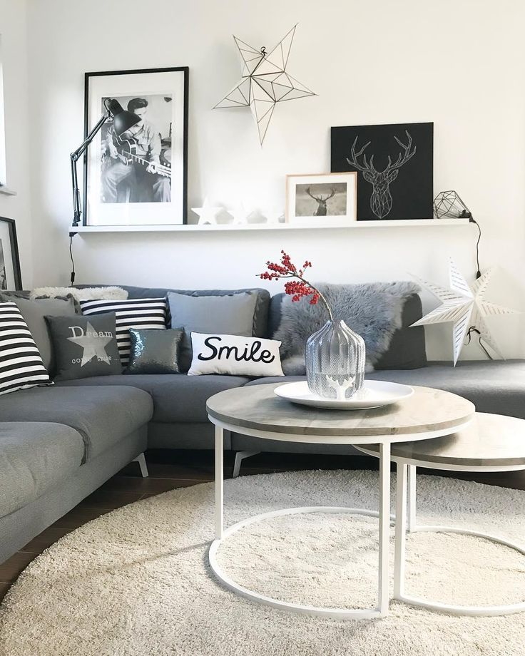 Shades of Grey! In diesem traumhaften Wohnzimmer kann man es sich an den kalten Wintertagen besonders gemütlich machen. Kuschelige Kissen und ein fla…