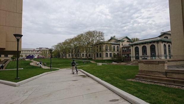 錆びついた工業地帯「ラストベルト」から、全米有数の「起業の街」へと蘇ったピッツバーグ【ゲスト寄稿】 - THE BRIDGE(ザ・ブリッジ)  ピッツバーグは小さな街ですが、一通りそろっており、安全で生活コストも安いのが良い点です。カーネギーメロン大学は、学生数13,000人で総合大学としては小規模ですが、コンピューター、ロボット、AIの研究で存在感があります。 鉄鋼王のカーネギーなど、財を成した人が財団を作って文化に投資をしています。私の子どもはアメリカで育ちましたが、大学でも専門分野だけではなく、文化や教養を高めるための教育を受ける機会が豊富で驚きます。うらやましいですよ。  アメリカでは出身大学への母校愛や同窓生の結束が強く、仕事につながる人を見つけてコンタクトをするなど、大学のネットワークをビジネスに活かすことがよくあるそうです。
