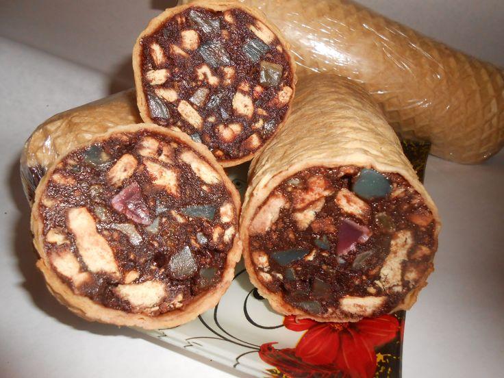 Reteta culinara Rulada cu foi de napolitana, biscuiti si rahat din categoria Dulciuri. Cum sa faci Rulada cu foi de napolitana, biscuiti si rahat