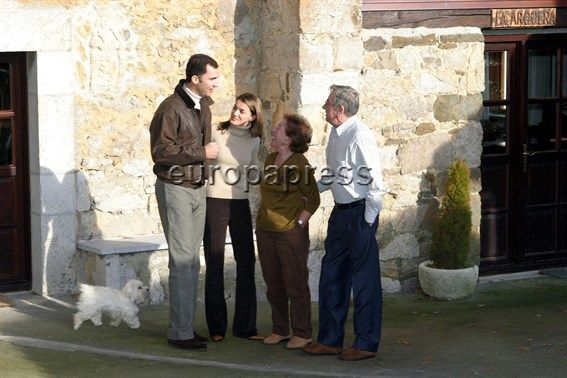 Letizia feliz con su novio el Príncipe, en una de sus visitas a su abuela Menchu y José Luis Ortiz