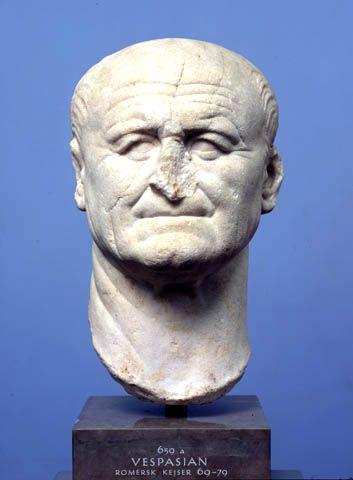 """Tito Flavio Vespasiano, nato a Citareale nel 9 d.C. E morto a Cotilia nel 79 è stato il fondatore della dinastia Flavia. Il ritratto presentato si trova a Copenaghen e lo raffigura nella sua forma reale: vecchio, col viso rugoso, l'attitudine delle labbra ci fa capire che era sdentato. È strano che un uomo di tale importanza venga rappresentato nella sua natura brutta e vecchia. In Grecia non sarebbe mai stato rappresentato con questi suoi """"difetti"""" quindi questo ci fa capire ancora di più…"""