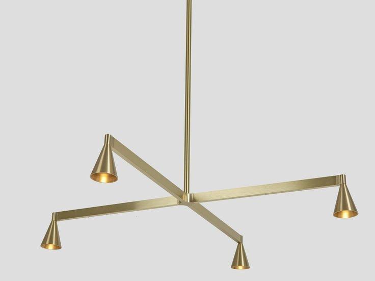 """Austere - Der Entwurf von Licht-Designer Hans Verstuyft wurde schon vor einem Jahr mit dem """"Henry van de Velde Award"""" von Design Flanders in Brüssel ausgezeichnet. Den Juroren gefiel die schlichte Strenge und Einfachheit, wie der Name schon sagt. Der Architekt Verstuyft, der seit 1992 sein Studio in Antwerpen führt, wollte eine Leuchte """"frei von jedem Ballast"""" schaffen. Klarer und geradliniger geht es kaum: An Messingstäben hängen kegelförmige Laternen, die in eine Richtung strahlen…"""
