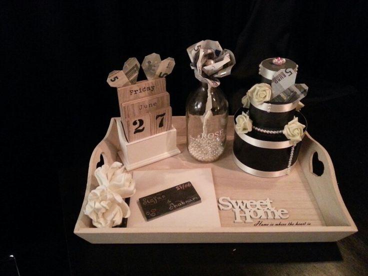 Bruiloft cadeau met geld roos en geld hartjes