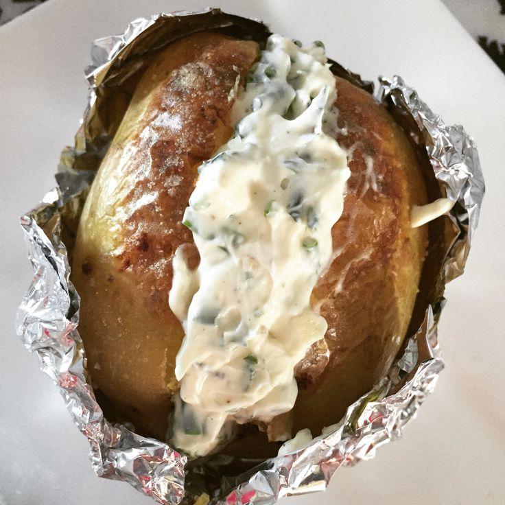 Deze glutenvrije gepofte aardappel is mega lekker, vooral door de vulling van kruidenroomkaas. Uiteraard kan je die ook voor andere gerechten gebruiken.