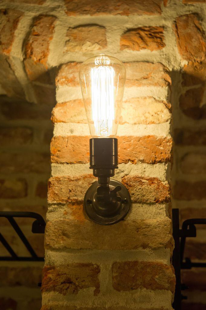 Navigatielamp in wijnkelder (Ontwerp: Leen Jacobs - Crejalee.be)