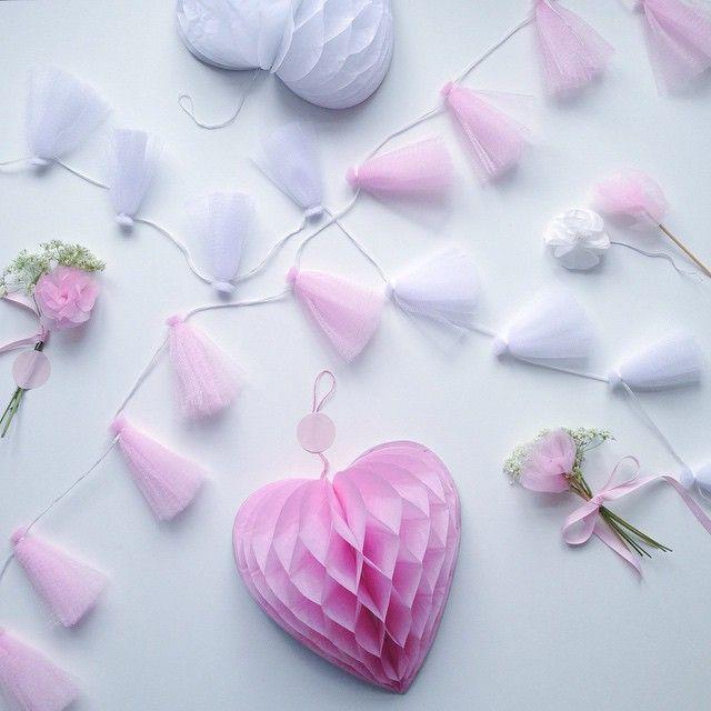 Tull garland in stores now. DKK 16,60 / SEK 23,60 / NOK 23,30 / € 2,33 / ISK 484 #søstrenegrene #sostrenegrene #tull #tyl #garland #guirlande #bordpynt #bryllup #sommerfest #barnedåb #wedding #party #decoration #honeycombs