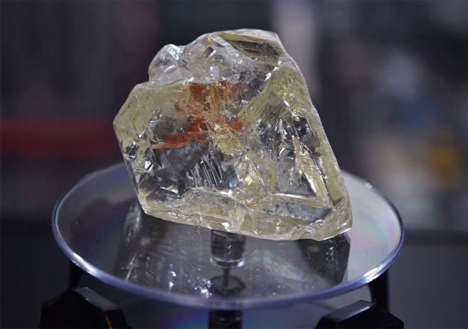 米ニューヨークで4日、展示された709カラットの巨大ダイヤモンド原石「平和のダイヤ」。西アフリカのシエラレオネ政府が競売に掛け、650万ドル(約7億3000万円)で売却された。
