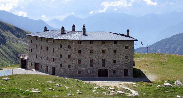 RIFUGIO ARP - Il Rifugio è situato su di un ampio terrazzo erboso a 2.446 m di quota nel vallone di Palasinaz, circondato da numerosi laghi alpini, decine di sentieri ben segnalati e vette che sfiorano i 3.000 m.