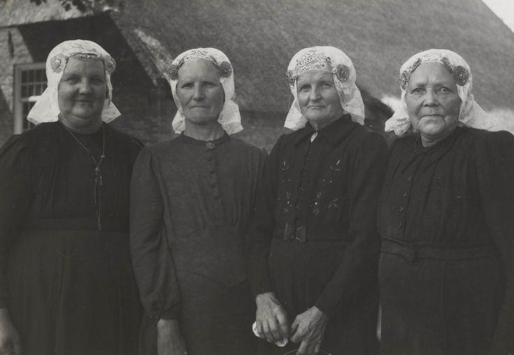 Vier vrouwen uit Uffelte in Drentse streekdracht, gefotografeerd tijdens een bezoek aan het Nederlands Openluchtmuseum te Arnhem. ca 1950 #Drente