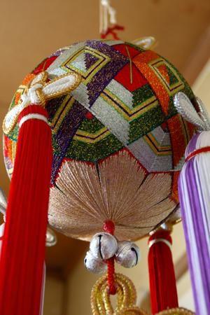 22 октября отмечают Международный день темари (International Temari Appreciation Day). Искусству темари уже не одно столетие, а, вот, праздник совсем еще молодой — первый ITAD отмечали в 2010 году. Идея празднования и дата предложены темари-мастером из Австралии, за что ей огромное спасибо. В этот день проходят выставки и мастер-классы, темари-мастера рассказывают о темари в своих блогах или вышивают.