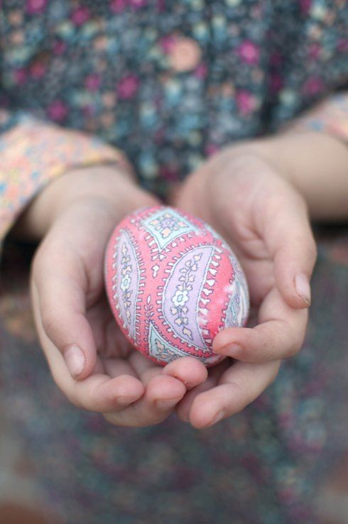 A beautiful step-by-step DIY on dyeing Easter eggs with silk ties