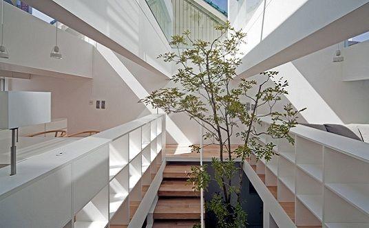 Una ironía urbana. La casa Machi ubicada en Fukuyama, diseño del estudio UID, plantea la resolución de temas recurrentes de la arquitectura japonesa y otros que bien podrían trasladarse a cualquier urbe densificada