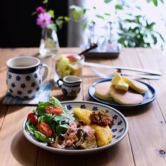 : 〈 Breakfast 〉 先日の朝ご飯。 ホットケーキとオムレツと、じゃがいもとキノコとベーコンの炒めもの。 :