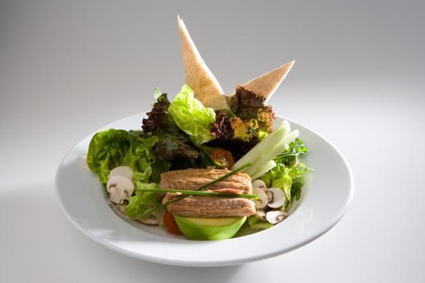 Atún ventresca, variedad de lechugas orgánicas, pepino, champiñones, apio, aguacate, tomate cherry, aceitunas negras, vinagreta de finas hierbas y aceite de oliva