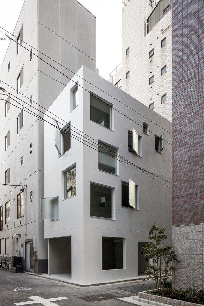 도쿄 내 초고층 빌딩 및 공동주택이 밀집되어 있는 상업지구에 위치한 7층 건물은 밀도 성장도시 계획의 결과물이라 할 수 있다. 10미터 규모의 도시계획 제한에 따라 설계된 이 건물은 편하게 살지만 도시 속 사..