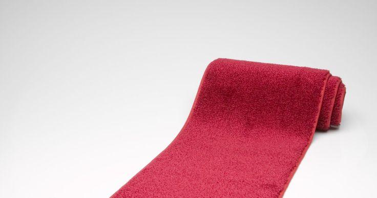 Cómo crear el telón de fondo para un evento de alfombra roja. Presenta un telón de fondo digno de un evento de alfombra roja de Hollywood para tu próximo evento o fiesta, para sacar las estrellas que hay dentro de tus invitados. El telón se puede crear simplemente calcando imágenes en una tela grande y económica, como muselina o vinilo, que tenga por lo menos 60 pulgadas (1,5 m) de ancho. Puede estar formado ...