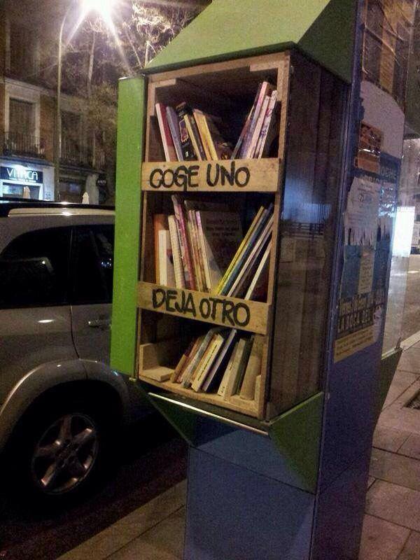Cabina de teléfono como librero ambulante en Madrid. Nice idea!