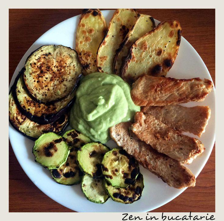 Piept de curcan cu legume la gratar si sos de avocado