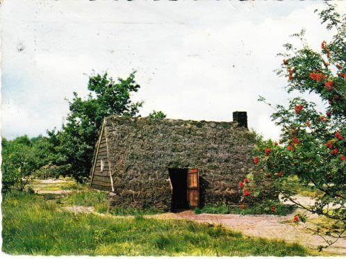 """Vincent van Gogh schreef ooit: """"Ik ben in een prachtig land"""". Drenthe is nog steeds mooi en wie wil kennis maken met het verleden van Drenthe kan terecht bij het open lucht Museum Ellert en Brammert in Schoonoord. Hier vindt u verschillende woonvormen uit het verleden zoals de plaggenhut. Maar ook is er een tolhuis, schooltje en nog veel meer te zien. Voor de kinderen is er een kinderboerderij en speeltuin ingericht. Openluchtmuseum """"Ellert en Brammert"""" Tramstraat 73 7848 BJ Schoonoord"""