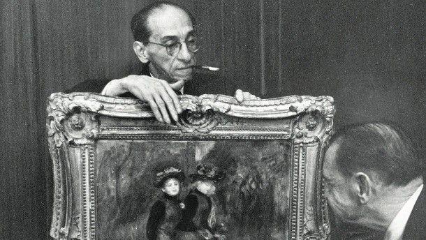 Paul Rosenberg zeigt dem englischen Schriftsteller W. Somerset Maugham ein Gemälde von Renoir