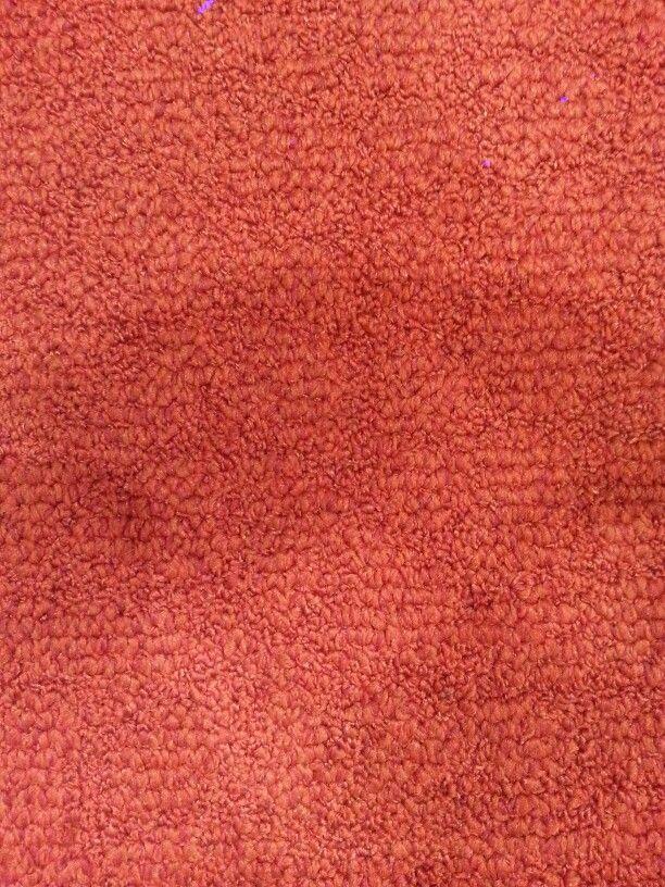 De textuur van het tapijt is vrij stijf en hard en de dikke korte tapijtharen staan naar één kant gericht. De haren van het tapijt staan naar verschillende kanten waardoor je een ruw oppervlak krijgt. Tapijt kan geen licht reflecteren omdat dit van stof gemaakt is. Als je op het tapijt stapt of drukt zal dit kleine millimeters in elkaar geduwd worden omdat dit haartjes zijn die een beetje rechtstaan maar veel verschil zal je niet merken.